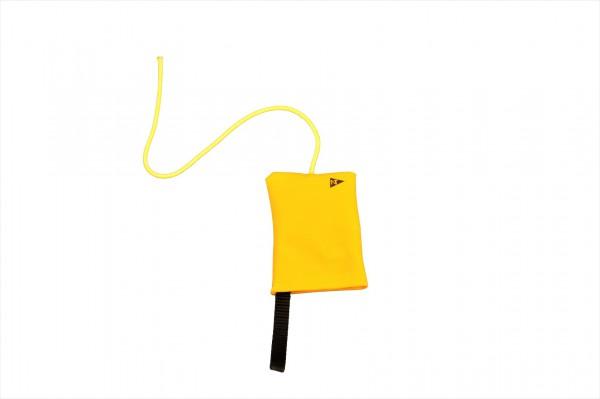 Protestflagge im gelben Stoffsack
