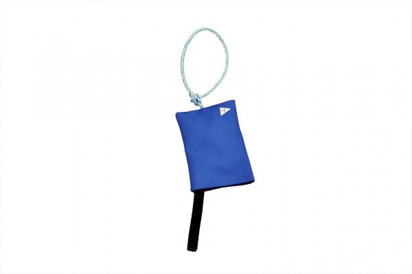 Protestflagge im blauen Stoffsack